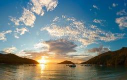 Coucher du soleil sur la côte de Mahe Image libre de droits