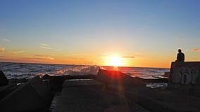 Coucher du soleil sur la côte de mer baltique Image stock