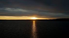 Coucher du soleil sur la forêt de lac banque de vidéos