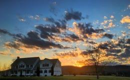 Coucher du soleil sur la maison coloniale dans le Connecticut Photos libres de droits