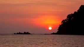 Coucher du soleil sur la mer à la mer d'Andaman, Thaïlande clips vidéos