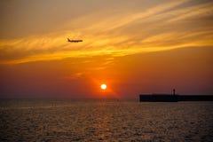 Coucher du soleil sur la mer images stock