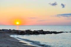 Coucher du soleil sur la mer photos stock