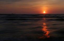 Coucher du soleil sur la mer baltique Photographie stock