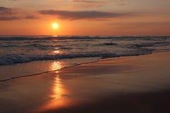 Coucher du soleil sur la mer baltique Images stock