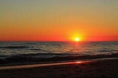 Coucher du soleil sur la mer calme photographie stock