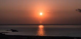 Coucher du soleil sur la mer Le soleil lumineux sur le ciel Plage volcanique d'Hawaï Images stock