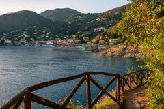 Coucher du soleil sur la mer Méditerranée, la plage et des maisons de Bonassola, Ligurie, Italie images stock