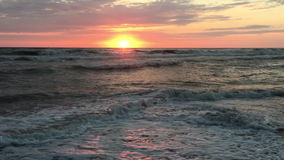 Coucher du soleil sur la mer orageuse banque de vidéos