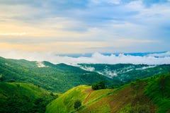 Coucher du soleil sur la montagne avec le brouillard après pluie dans Phrae Thaïlande du nord Photos libres de droits