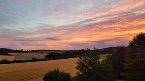 Coucher du soleil sur la montagne avec un bon nombre de couleur dans le ciel photo stock