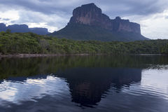 Coucher du soleil sur la montagne d'Auyantepui en parc national de Canaima Photographie stock libre de droits