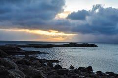 Coucher du soleil sur la Norvège polaire côtière en hiver sur des îles de Lofoten photos stock