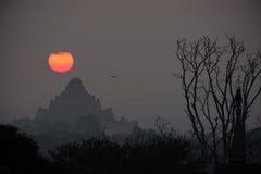 Coucher du soleil sur la pagoda chez Bagan Myanmar Photographie stock libre de droits