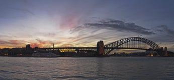 Coucher du soleil sur la passerelle de port Photographie stock
