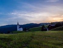 Coucher du soleil sur la petite chapelle dans les Alpes Image stock