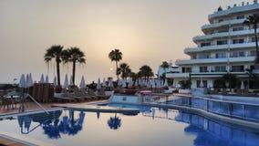 Coucher du soleil sur la piscine photographie stock libre de droits