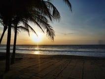 Coucher du soleil sur la plage images libres de droits