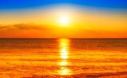 Coucher du soleil sur la plage photos libres de droits