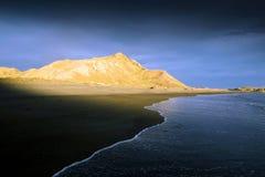 Coucher du soleil sur la plage abandonnée du Nouvelle-Zélande Image libre de droits