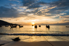 Coucher du soleil sur la plage avec le bateau de pêche à Phuket Photographie stock
