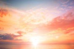 Coucher du soleil sur la plage avec le beau ciel photos stock