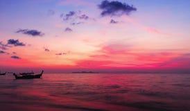 Coucher du soleil sur la plage avec le beau ciel image libre de droits