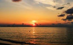 Coucher du soleil sur la plage avec le beau ciel photographie stock libre de droits