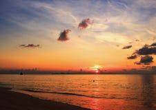 Coucher du soleil sur la plage avec le beau ciel photo stock