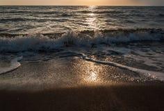 Coucher du soleil sur la plage avec le sable noir Images libres de droits