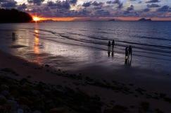 Coucher du soleil sur la plage de Damai, Sarawak Bornéo Image stock