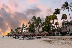 Coucher du soleil sur la plage de Druif sur l'île d'Aruba en mer des Caraïbes images libres de droits