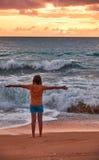 Coucher du soleil sur la plage de Mai Khao à Phuket images libres de droits
