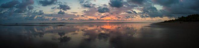 Coucher du soleil sur la plage de Matapalo en Costa Rica Photos stock