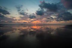 Coucher du soleil sur la plage de Matapalo en Costa Rica Image libre de droits
