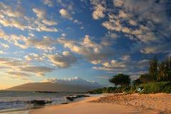 Coucher du soleil sur la plage de Maui Images stock