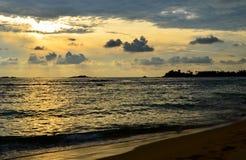 Coucher du soleil sur la plage de Sri Lanka (Ceylan) Photos stock