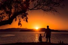 Coucher du soleil sur la plage en Grèce Photo stock
