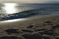 Coucher du soleil sur la plage et la grande vague image libre de droits