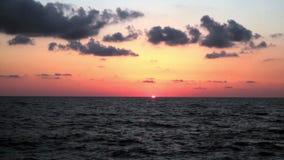 Coucher du soleil sur la plage, les couleurs incroyables et les nuages Mer Adriatique, Italie, Amantea Calabre banque de vidéos