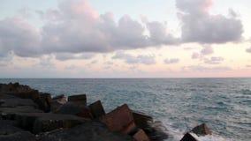 Coucher du soleil sur la plage, les couleurs incroyables et les nuages, panoramiques Mer Adriatique, Italie, Amantea Calabre banque de vidéos