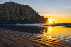 Coucher du soleil sur la plage, Moro Rock en Moro Bay, la Californie photos stock