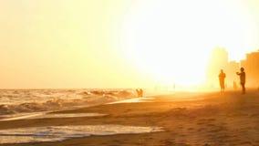 Coucher du soleil sur la plage orange Alabama avec le brouillard banque de vidéos