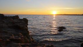Coucher du soleil sur la plage rocheuse banque de vidéos