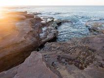 Coucher du soleil sur la plage rocheuse, bluff rouge, Kalbarri, Australie occidentale photos stock