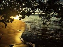 Coucher du soleil sur la plage photos stock