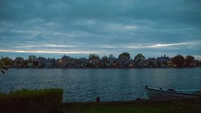 Coucher du soleil sur la rive en Hollande, shans de Zance Le bateau est attaché au rivage Laps de temps banque de vidéos
