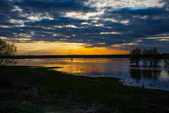 Coucher du soleil sur la rivière avec trois arbres sur la rivière de Desna dans le printemps, Ukraine image stock