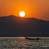 Coucher du soleil de rivière d'Irrawaddy - Myanmar Photographie stock