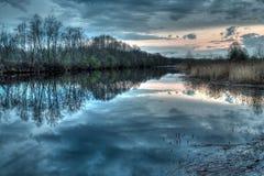 Coucher du soleil sur la rivière dans la province russe Photo stock